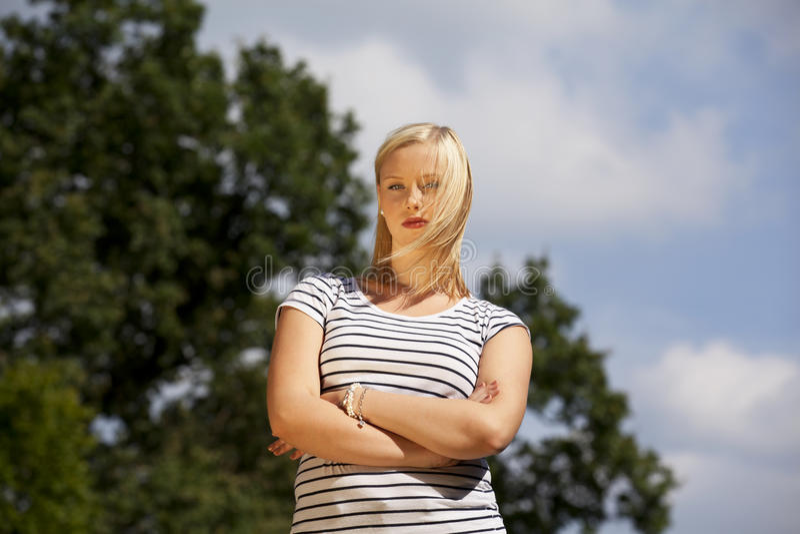 tonårs- blond trendig flicka royaltyfri fotografi