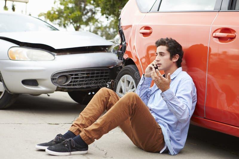 Tonårs- chaufför Making Phone Call efter trafikolycka royaltyfria foton