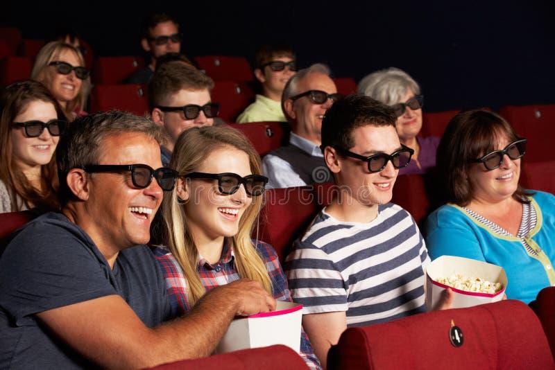 Tonårs- familj som håller ögonen på filmen 3D i bio royaltyfria foton