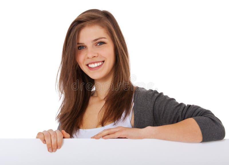 Tonårs- flicka bak den vita placeholderen arkivfoto