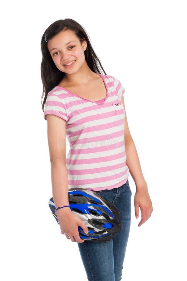 Tonårs- flicka för blandat lopp som rymmer en cykelhjälm. royaltyfri foto