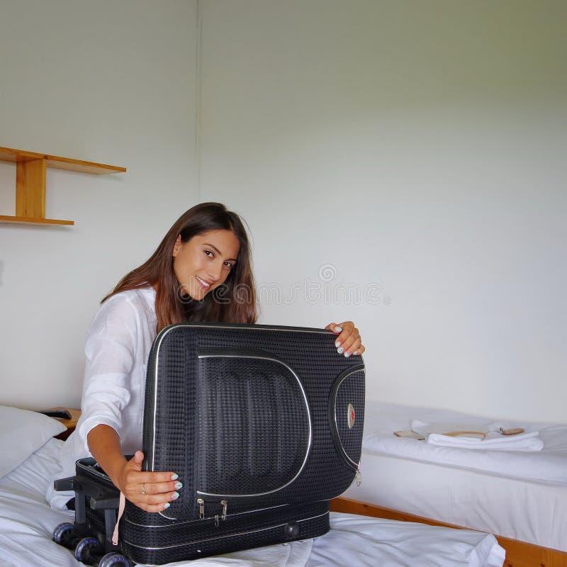 Tonårs- flicka för brunett som packar upp royaltyfria foton