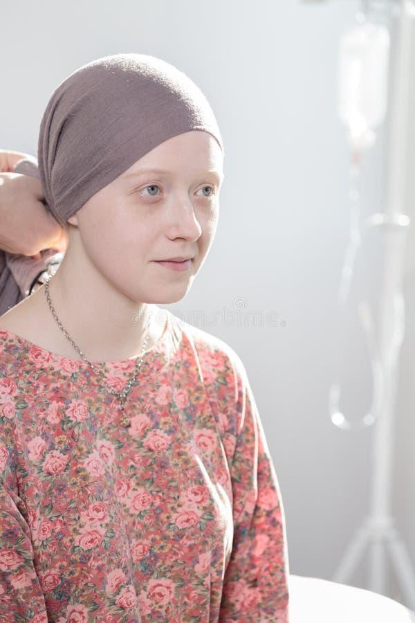 Tonårs- flicka för cancer royaltyfria foton