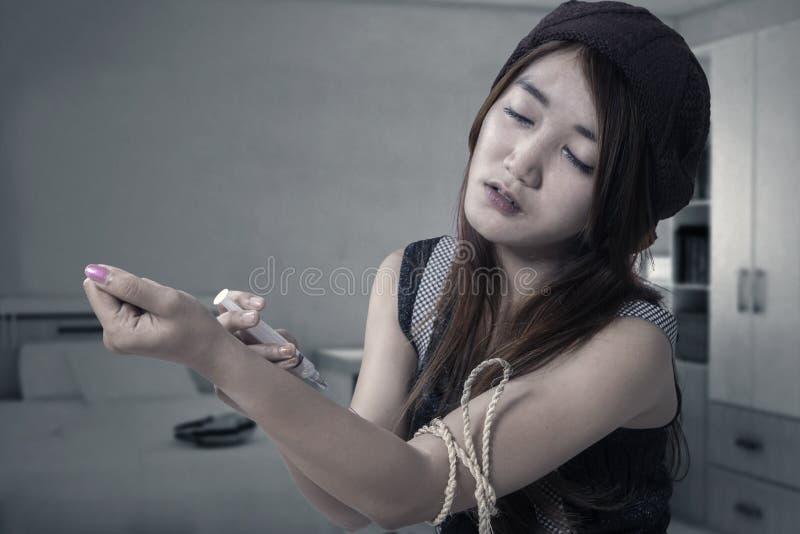 Tonårs- flicka för knarkaredrog som använder narkotiskt preparat royaltyfri foto