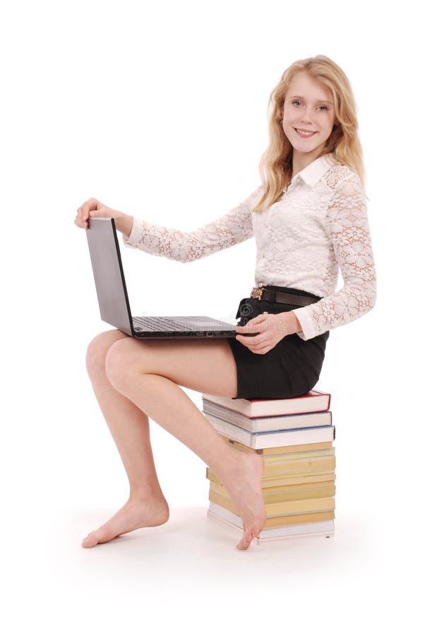 Tonårs- flicka för lycklig student med bärbara datorn royaltyfria foton