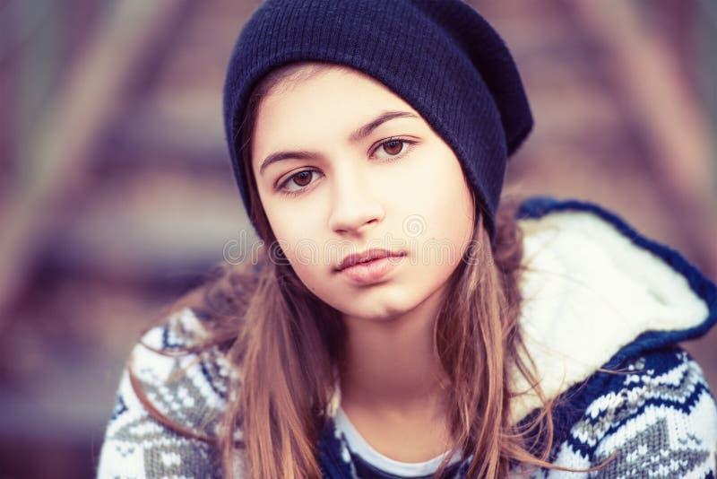 Tonårs- flicka för skönhet i hatt utomhus royaltyfria bilder