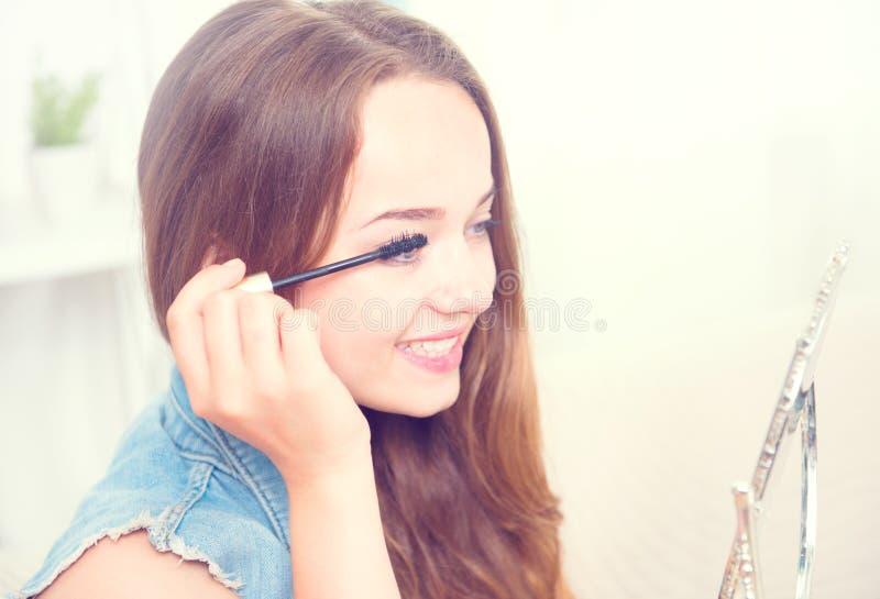 Tonårs- flicka för skönhetmodell som applicerar mascara royaltyfria foton