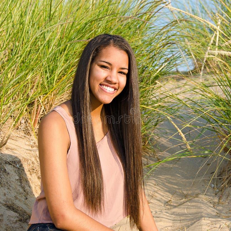 Tonårs- flicka i dyngräs royaltyfria bilder