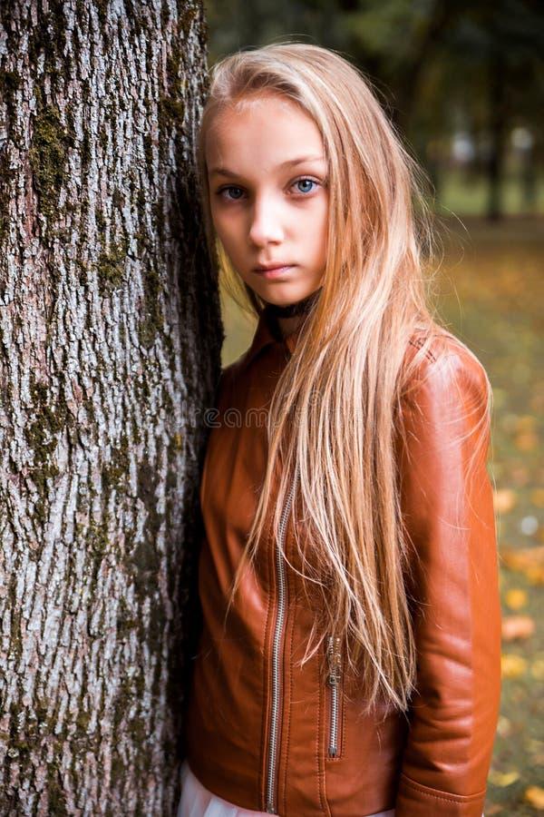 Tonårs- flicka i höstskog arkivbild