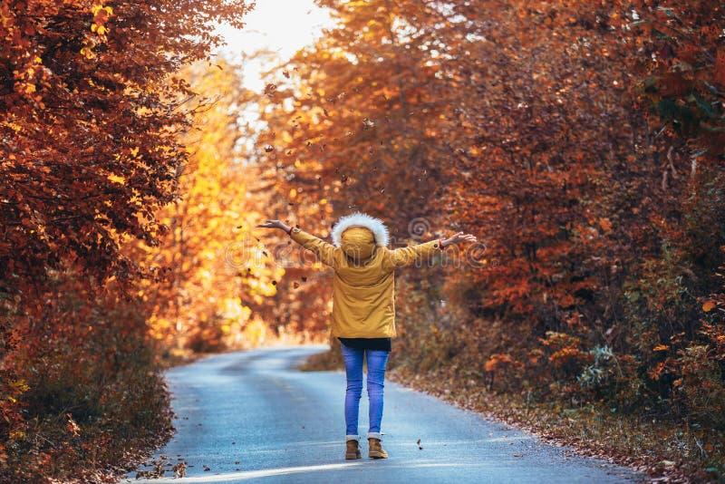 Tonårs- flicka i höstskogen arkivfoto