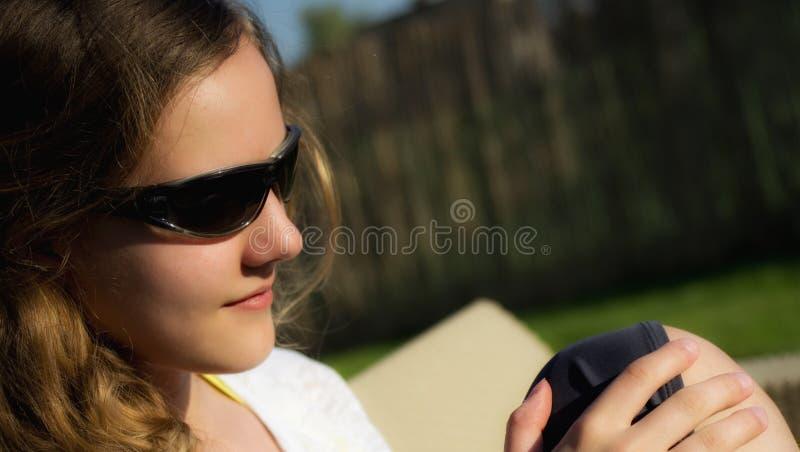 Tonårs- flicka i solglasögonstående royaltyfri foto
