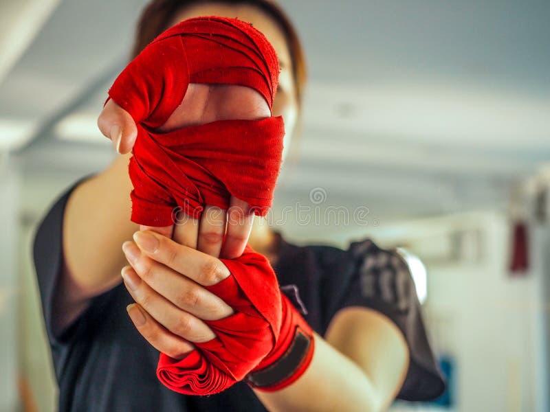 Tonårs- flicka i sportkläder som rymmer en rubba ur dess läge skuldra på utbildning fotografering för bildbyråer