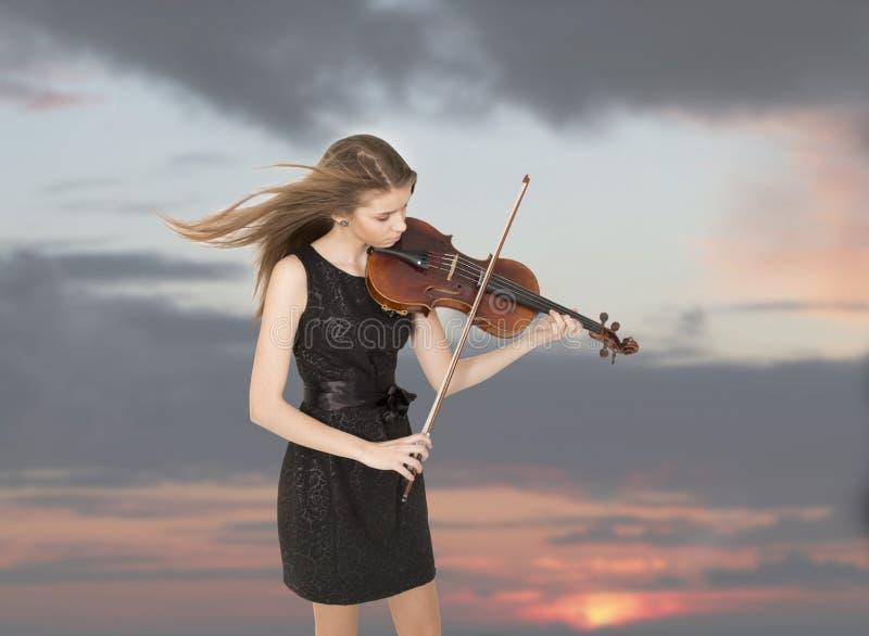 Tonårs- flicka med altfiolen royaltyfri bild
