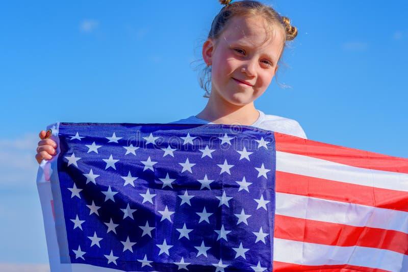 Tonårs- flicka med amerikanska flaggan royaltyfria foton