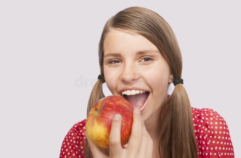 Tonårs- flicka med Apple royaltyfri bild