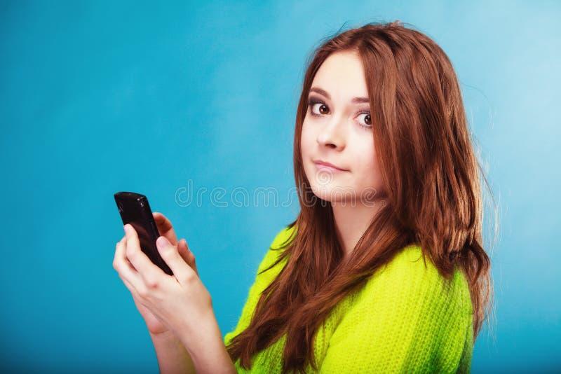 Tonårs- flicka med att smsa för mobiltelefon royaltyfri bild