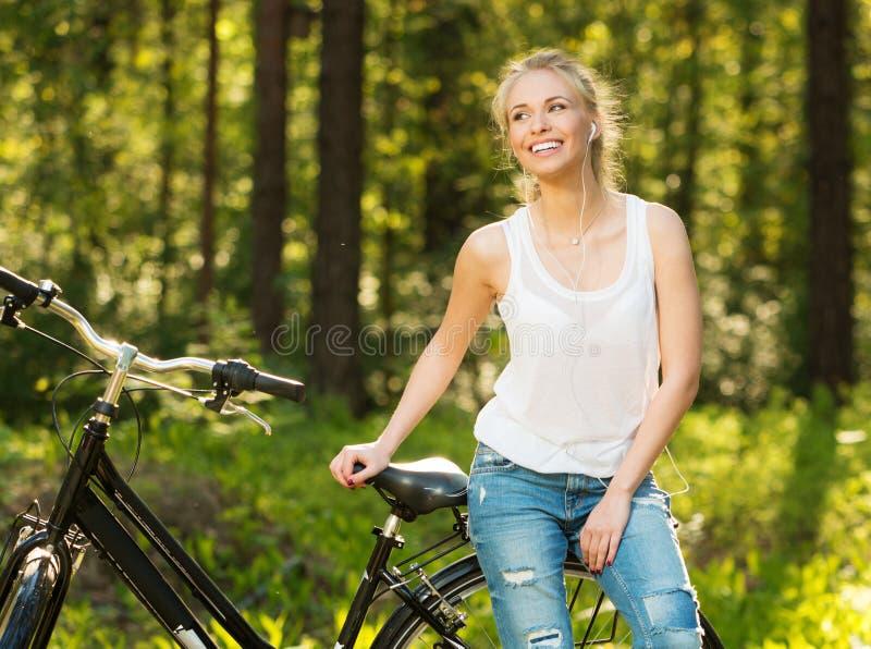 Tonårs- flicka med cykeln in royaltyfria foton