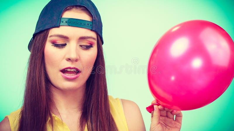 Tonårs- flicka med den röda ballongen arkivfoto