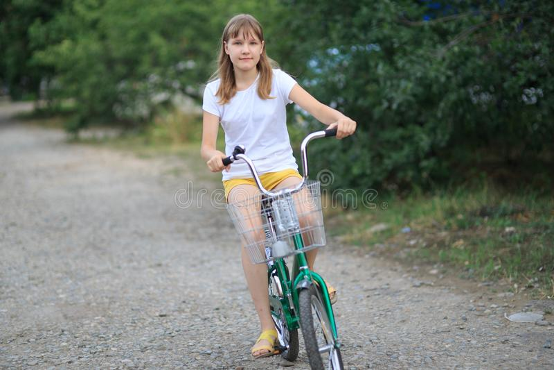 Tonårs- flicka med enridning royaltyfria foton