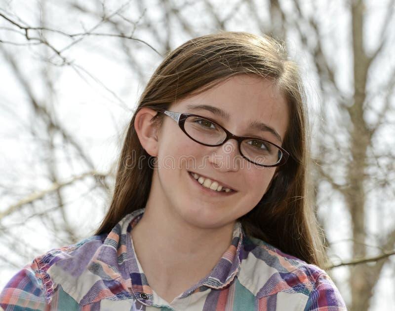 Tonårs- flicka med exponeringsglas utomhus royaltyfri foto