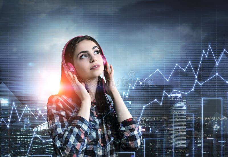 Tonårs- flicka med rosa hörlurar, grafer, stad arkivfoton