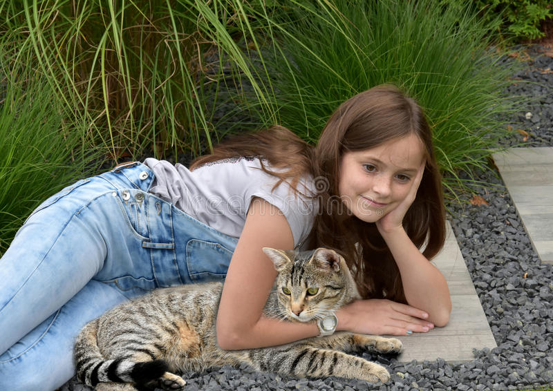 Tonårs- flicka med strimmig kattkatten royaltyfria foton