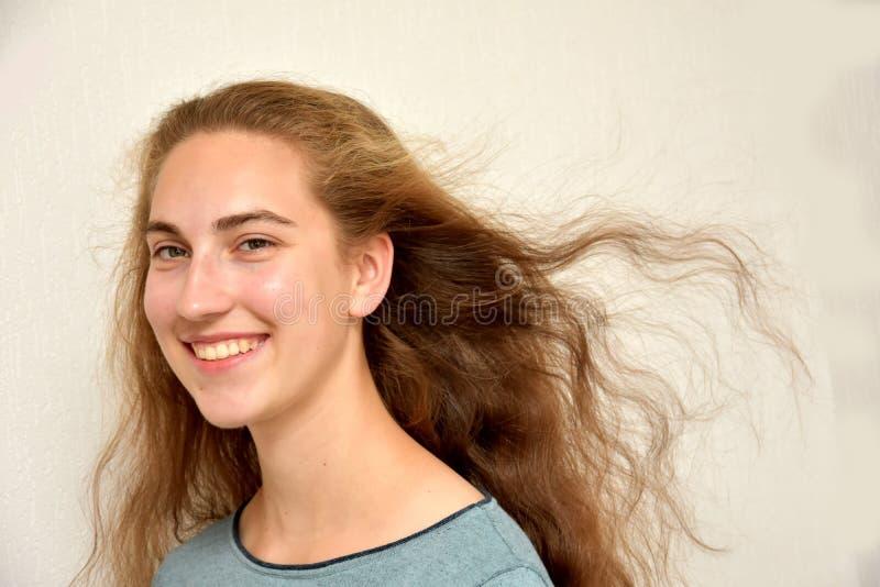 Tonårs- flicka med underbart långt blont hår arkivfoton