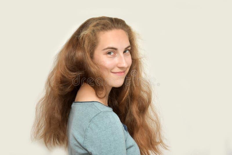 Tonårs- flicka med underbart långt blont hår royaltyfri foto