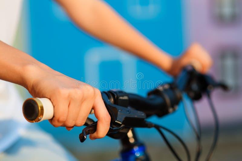 Tonårs- flicka och cykel i stad royaltyfri foto