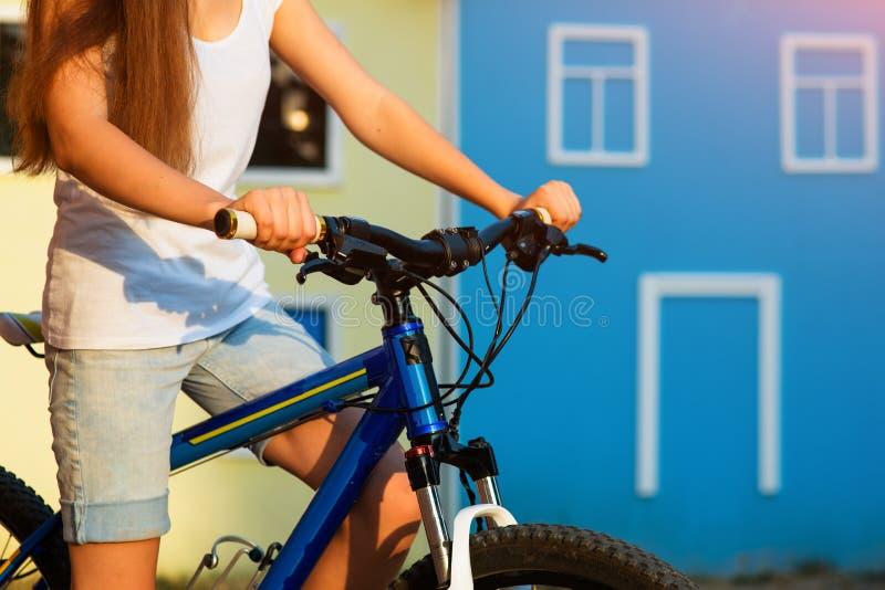 Tonårs- flicka och cykel i stad royaltyfri fotografi
