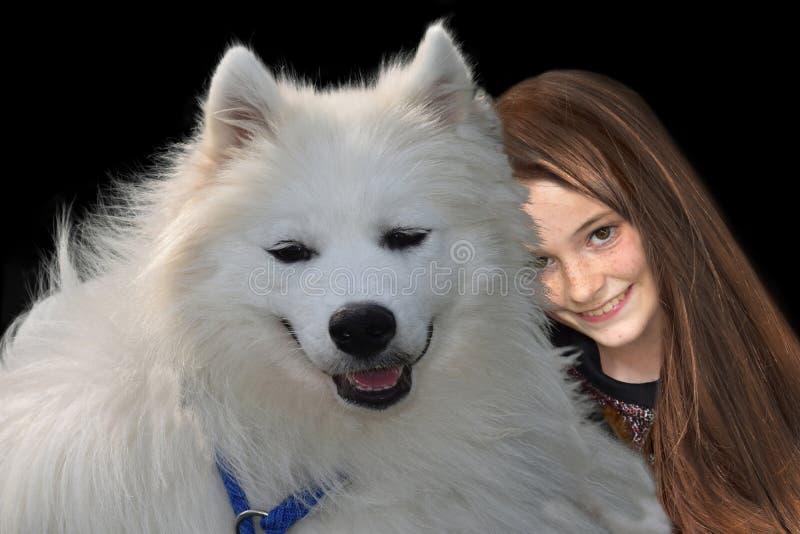 Tonårs- flicka och hennes samoyedhund fotografering för bildbyråer