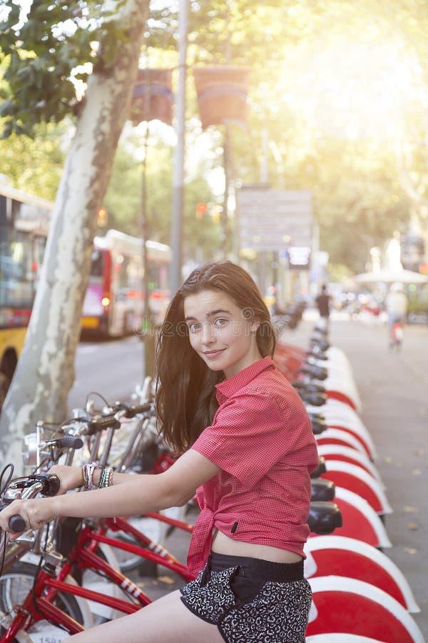 Tonårs- flicka på en cykel i Barcelona fotografering för bildbyråer