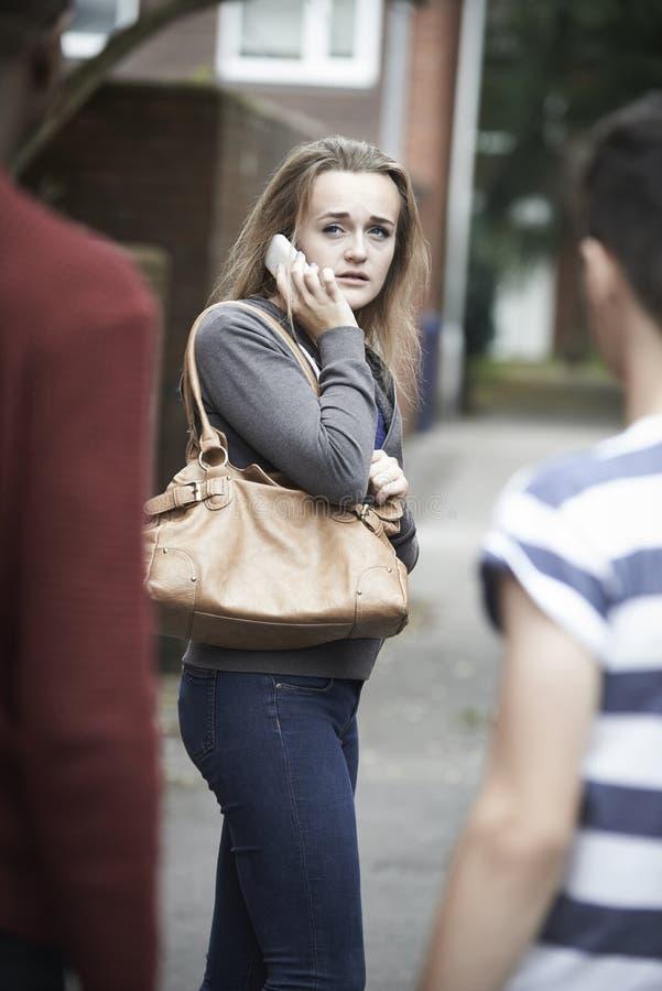 Tonårs- flicka på skrämd mobiltelefonkänsla, som hon går Ho royaltyfria bilder