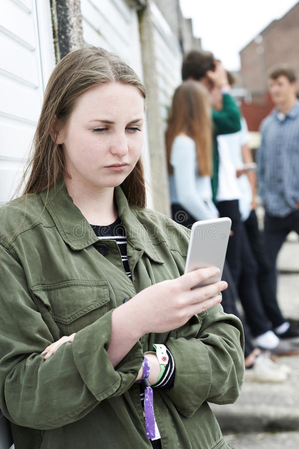 Tonårs- flicka som använder mobiltelefonen i stads- inställning fotografering för bildbyråer