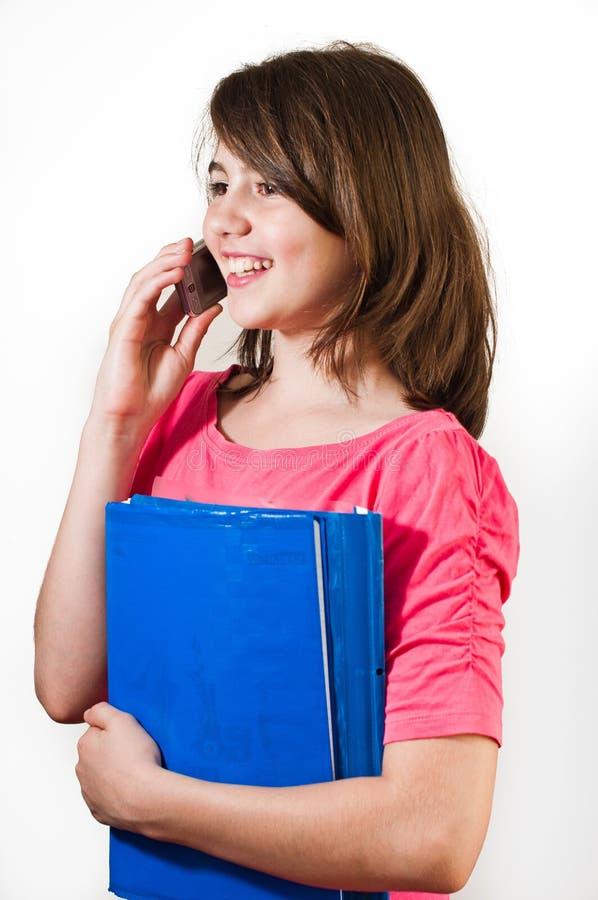 Tonårs- flicka som talar på telefonen. arkivbild