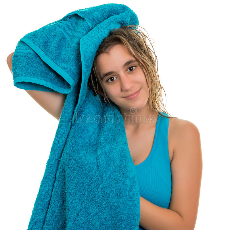 Tonårs- flicka som torkar hennes våta hår med en handduk arkivfoto