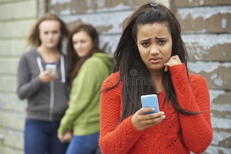 Tonårs- flicka som trakasseras av textmeddelandet royaltyfri fotografi