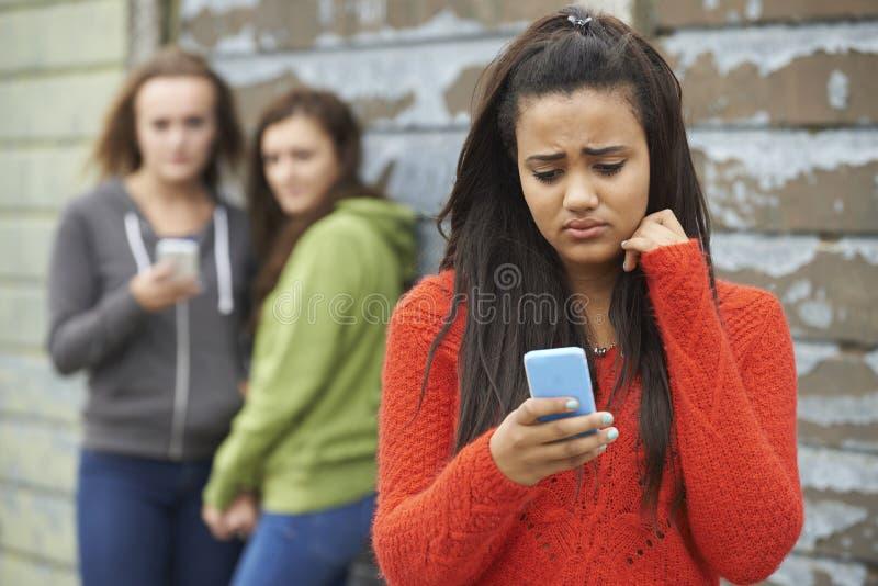 Tonårs- flicka som trakasseras av textmeddelandet royaltyfria bilder