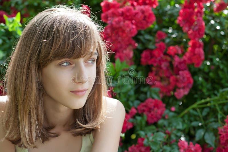 tonårs- flickastående royaltyfria foton
