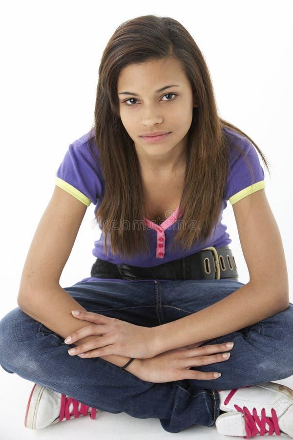tonårs- flickaståendestudio royaltyfri bild