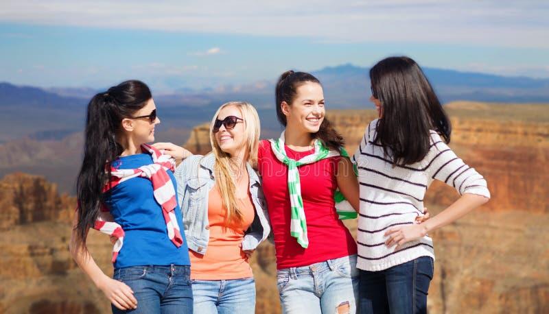 Tonårs- flickor eller unga kvinnor över Grandet Canyon royaltyfria bilder