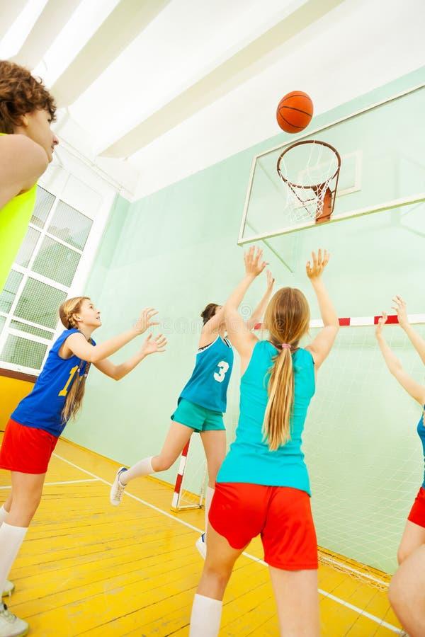 Tonårs- flickor i enhetlig spela basket för sport royaltyfria foton