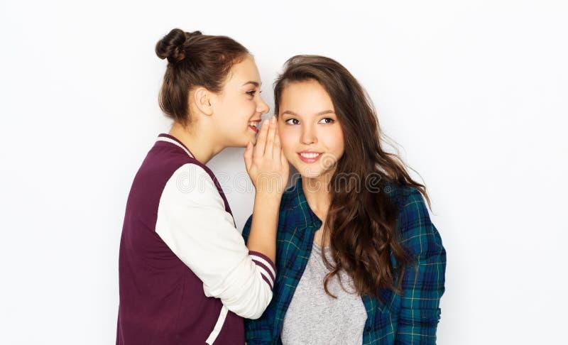 Tonårs- flickor som skvallrar eller delar hemligheter arkivbild