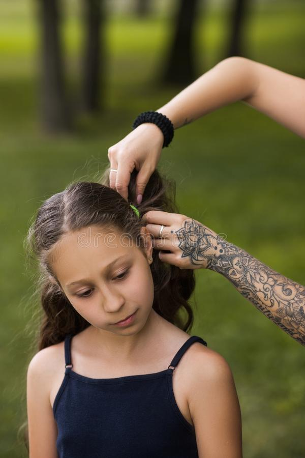 Tonårs- frisyr Modern skönhetungdomaktivitet royaltyfri foto