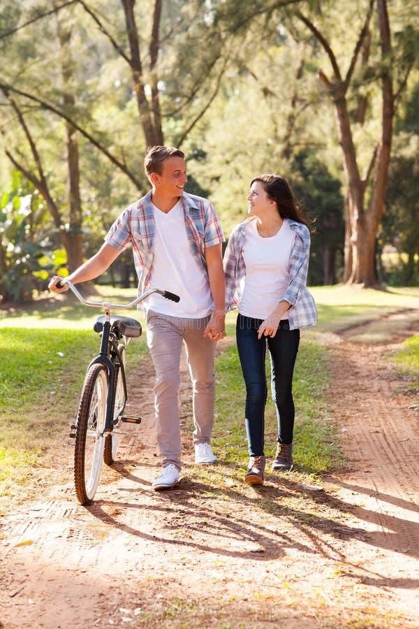 Tonårs- gå för par royaltyfria foton