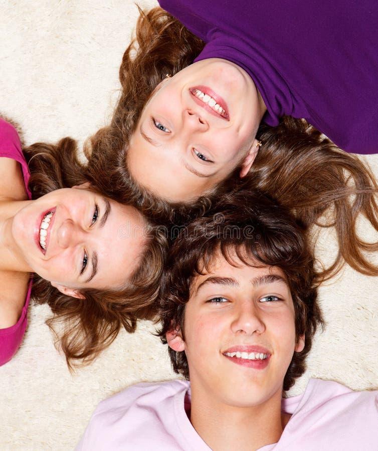 tonårs- gladlynt vänner royaltyfri foto