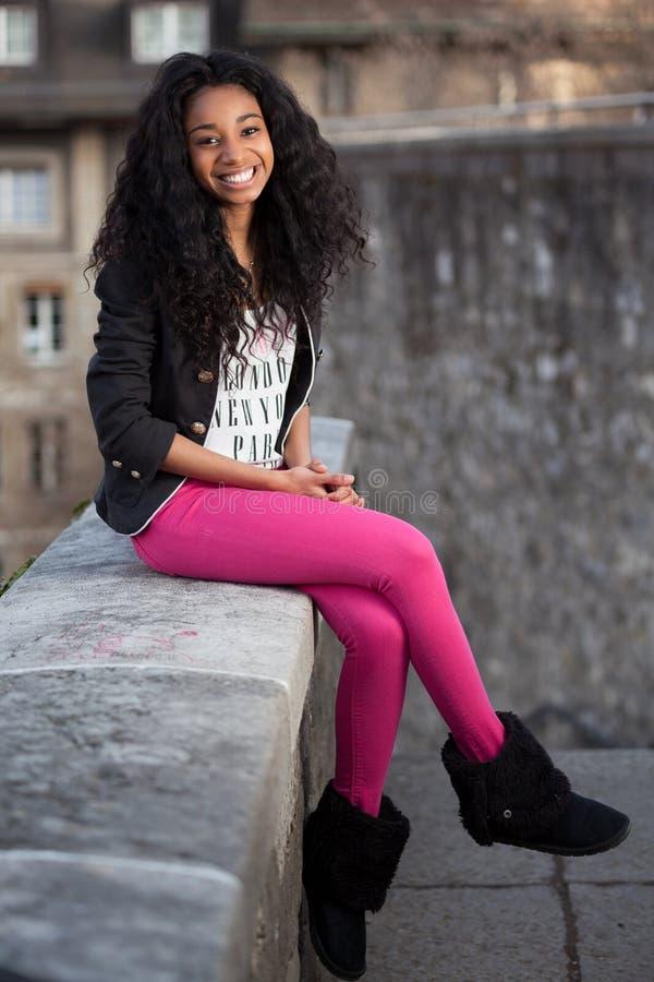 tonårs- härlig flicka för afrikansk amerikan royaltyfri foto