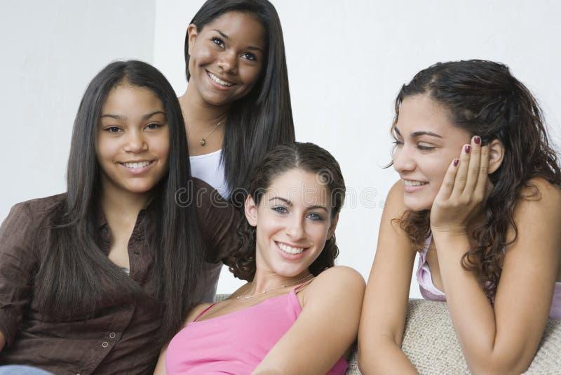 tonårs- härliga fyra flickor arkivbilder