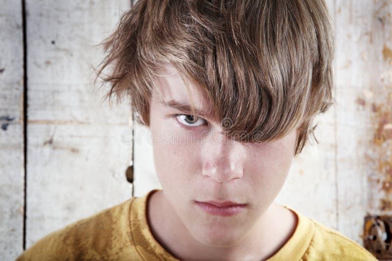tonårs- ilsken pojke arkivbilder