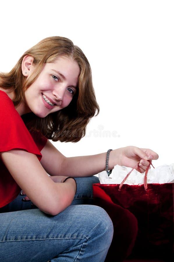 tonårs- julflickashopping royaltyfri fotografi